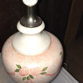 Fin romantisk bordlampe i Rosa, grøn og creme farvet med blomster. Mål: 44x16 cm