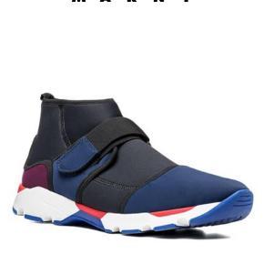 Varetype: Sneakers Farve: Sort Oprindelig købspris: 3500 kr. Kvittering haves.  Den blå farver er mere mørkeblå. Som nye. MP 1700 kr pp