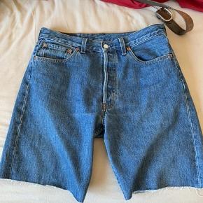 Levis shorts (klippede) størrelse 33 i livet Skriv evt for fitpic samt mål:)