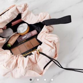 NYPRIS: 195kr Smart og rummelig makeuptaske fra The Flat Lay Co i rosa! Praktisk og pæn Brugt en enkelt gang!
