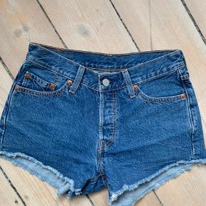 Fin denim shorts fra levis, model 501 w:28 L:30 afklipt