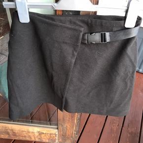 Fin nederdel fra Zara. Kun haft på få gange.  Tjek også mine andre annoncer med tøj og få sendt det sammen