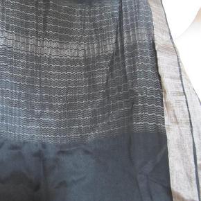 """Varetype: tørklæde / sjal Størrelse: stort Farve: sort og sølv Oprindelig købspris: 1100 kr.  Super smukt tørklæde/sjal i tynd silkelignende kvalitet, har desværre klippet det mærke af hvor der stod hvad det er lavet af, men det er dejligt blødt og falder flot. Kan både styles som tørklæde og sjal. Husker ikke nypris, men mener det var deromkring. Der er stadig selve """"Day """" mærket på. Er i rigtig god stand. Porto er sendt som pakke uden omdeling med DAO Prisen er fast, så TRYK KØB NU FOR LET HANDEL."""