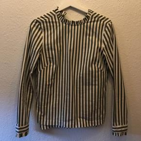 Skjorte fra H&M   Ny pris: 179 kr.  Størrelse: 34 Stand: ubrugt  Farve: grøn og hvid