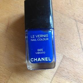 Flot blå neglelak fra Chanel. Kun brugt en enkel gang.  Nypris: 210,-