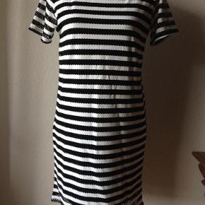 Varetype: kjole Farve: sort/hvid Oprindelig købspris: 399 kr. Prisen angivet er inklusiv forsendelse.  kjole m hulmønster fra ichi.    fin og tynd kvalitet. foret fra lige over bryst, så på skulder og ærmer kan man se hud gennem huller.    93% polyester. 7% elastan.    brystvidde/talje/hofte 92 cm. sidelængde 69 cm, ærmelængde 18 cm    bytter ikke til andre varer!        ALDRIG BRUGT!!    oprindelig pris 399,95 - sælges billigt til 200,- incl porto