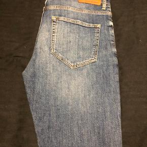 Samsøe Samsøe jeans i blå i et råt look. Størrelsen er en 32/32 og af modellen Travis jeans
