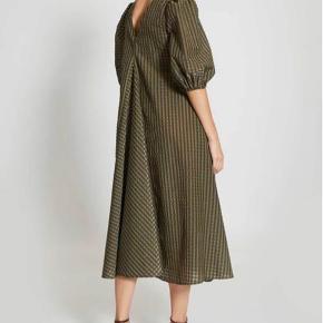 Ganni seersucker dress. Helt ny med prismærke. Aldrig brugt, da jeg har fundet en anden kjole.  Str. 32.  Passer en normal 34 eller 36 med lille barm.