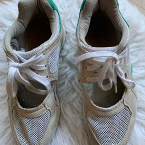 Adidas sommer sneakers.  Næsten aldrig brugt, de har bare lagt i en kasse med en masse andre sko.