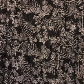 Smuk sort og sølv vikle der passer til det meste tøj. Den er brugt et par gange, men har aldrig rigtig fået lært at vikle.  Røgfrit hjem 🤗