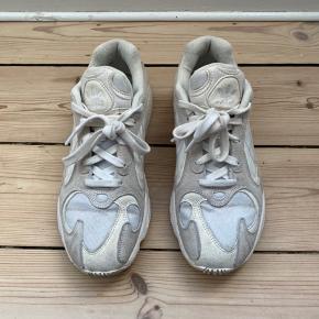 Fede Young 1 sneakers fra Adidas!  De er i fin stand! Trænger bare lige til at blive gjort lidt rene 🤍  Bud ønskes