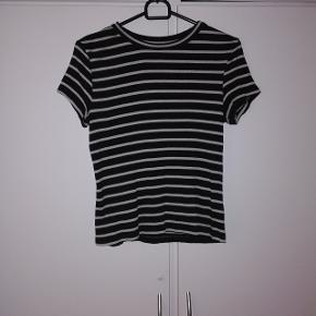 T-shirt fra MONKI. Str S 20 kr 🌺