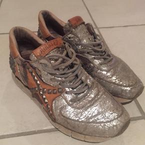Brand: Air step passer til Buch  Varetype: Sneakers Farve: Army,    Sølv Oprindelig købspris: 1650 kr.  Købt i Buch Copenhagen