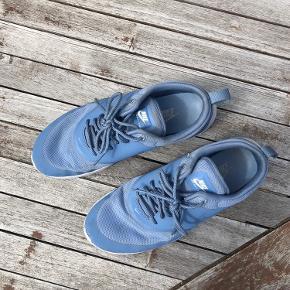 Jeg sælger disse Nike Air Max Thea Sneakers, da de er en anelse for små. Jeg har kun brugt dem et par gange. De er ikke blevet brugt det sidste års tid.  Giv et bud ;))