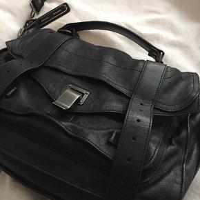 Proenza Schouler PS1 medium i sort.  Sælger denne smukke Proenza taske i virkelig god stand, nærmest ikke brugt!   MP omkring 5500;)