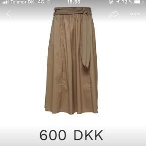 Sælger denne fine nederdel i str 36 men kan også gå til 38 pga elastik i bagsiden og bindes flot med bånd foranAldrig brugt dog har jeg klippet mærket ud Mp 400