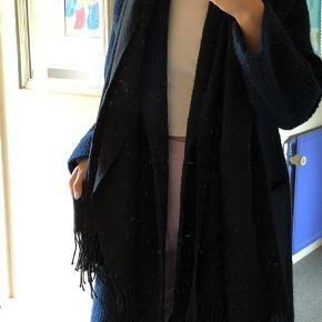 Sort tørklæde fra Asos. Byd :)