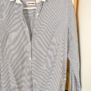 Striped shirt with slit at sides. Button cuffs and neck. Size 36 100% cotton