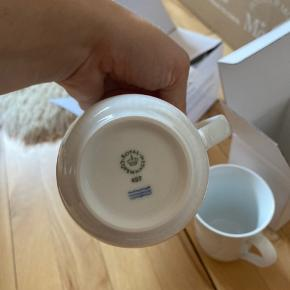 Overvejer at sælge disse kopper, da de aldrig er blevet brugt og jeg hellere vil samle på mega mussel fra Royal Copenhagen🌸  De er som sagt aldrig blevet brugt og er kun lige blevet taget ud af kasserne, så jeg kunne tage et billede af dem  Ny pris for 2 kopper er 309,-  Byd gerne☺️🌸