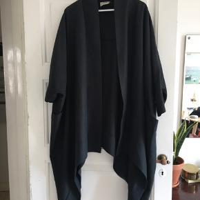 Frakke i sort/mørkegrå fra ASOS i 64% modal og 36% polyester. Har en slags flagermus-ærmer og går op i en bue bagpå. Brugt en sæson, så bærer få brugsmærker.    #secondchancesummer