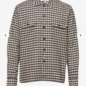 Sælger denne ternede skjorte fra Soulland. Standen er super fin, og den er aldrig brugt. Prismærket er dog røget af i forbindelse med prøvning af trøjen 😊