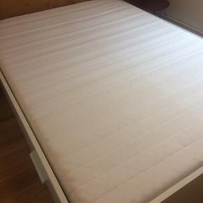 Madras fra Ikea. Brugt få gange da den har været i mit gæsteværelse og står derfor som ny. Størrelse 140x200 cm. Ny pris 900 kr. kan hentes på Amager.