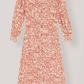 Den fineste kjole fra Ganni. Jeg har haft den på én gang og nu hænger den desværre bare i skabet. Fejler intet.   Mindstepris er fast!!