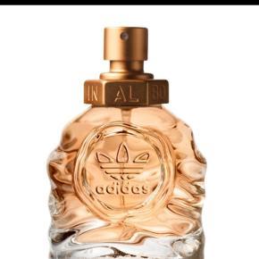 Adidas Born Original Women Eau De Parfum 30 ml Unik og tidsløs med sine ikoniske træk og noter. En ung og feminin duft, til dem der vil skille sig ud.  Godt halv fuld (se billeder)   Np 250 Mp 50  Køber betaler fragt