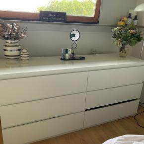 """Sælger vores IKEA kommode fra serien """"malm"""". Vi har haft det i 5 år, hvorfor standen er som angivet. Kommoden er brugbar og fungerer, men der mangler et træstykke i nederste skuffe til højre (se billeder) desuden er der pletter fra dagcremer/olie i en af skufferne. Nypris. 899. Pris i dag: 200."""