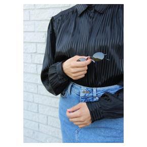Vintage Black silk elegance 🖤 Fits: xs-m. Skjorten fejler intet, og er i perfekt stand.