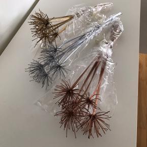 DIY, 12 stk. buketter med tørrede/spraymalede Agapanthus (Afrikansk skærmlilje).  Pris: 25,- pr. buket. Der er 5 stk. i hver buket. De måler 30 eller 40 cm i længden.  Har 2 i bronze, 4 i sølv og 6 i guld.  Sender gerne.   Kan pakke i kasse så varen kommer frem uskadt.
