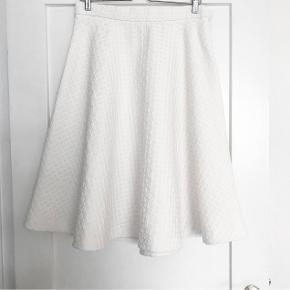 H&M Creamhvid nederdel i a-form   størrelse: M   pris: 150 kr   fragt: 37 kr