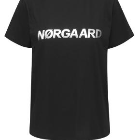 Fed basic t-shirt, sort med sølvfarvet skrift.