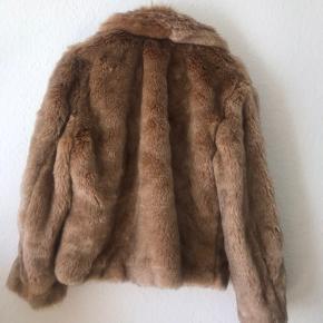 Super lækker og meget realistisk Faux fur jakke, fra h&m. Den er ubrugt, og er desværre lidt for lille til mig nu.   Den har fine hasper, der holder den godt lukket, og en lækker blød krave. Farven er en lys, varm brun  Jeg er selv en str. medium/38, men den passes bedst af en small/36  Kan afhentes i Århus C, eller sendes med DAO ☺️