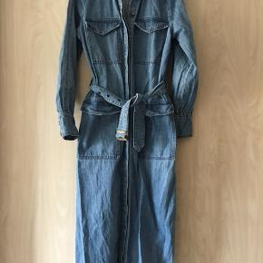 Har netop modtaget denne kjole som jeg har købt over Trendsales. Da den ikke er mig alligevel sælger jeg den derfor med det samme igen.  Prisen i annoncen er mp.  Kjolen er fra H&M Trend for ca. 1 år siden.  Bytter ikke og prisen er eksklusiv porto😊