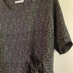 Lækker kjole fra Masai str.  L / Str. 44 men passer også  til str. XL/ str. 46 (BiB)  En smuk med fint detalje i taljen, der giver det enkle slank udtryk og feminint touch. 😊  Den let viskose og den løse pasform gør kjolen yderst behagelig at have på.   Meget billigt kjole str. XL/ str. 44 som er meget pænere i virkelighed, kun vasket😊   Aldrig brugt, kun vasket  100% Viscose  Ny pris 699 kr.  Tilbud - 2 kjoler for 350 kr!!!  Kom eventuelt med en realistisk BYD 😊  Hvis du er interreseret i den flot kjole str. XL/ str. L fra Masai som passer perfekt til jakke i str. XL/ str. XXL sender jeg gerne nøjagtige mål og flere fotos, tages ikke retur, pris plus fragt.  Blomster Masai kjole str. XL / str.44 og Masai jakke/ blazer i str. XL Str. XXL/ str. 46,  følger ikke med, men kan tilkøbes.  Mængderabat gives, se også mine tasker, sko og tøjtilbud 😊