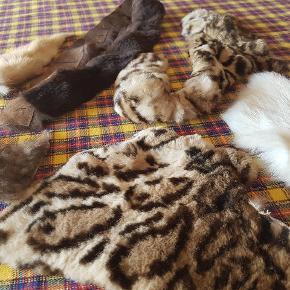 Diverse forskellige stykker ægte pels. Stykkerne er fra en pelsfabrik tilbage i 50'erne/60'erne hvor min mormor arbejdede. De har derfor en del år på bagen, men er umiddelbart ikke blevet møre.  Det meste virker til at være kaninpels og farvet kaninpels, men der er også lam og ræv. Byd gerne eller spørg for flere oplysninger.