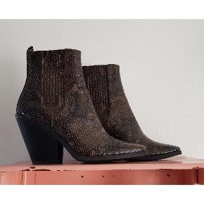 Skønne cowboy boots med realistisk slangemønster. Brugt få gange - sælges da de desværre er for smalle. De er ellers så smukke. Passer en alm/smal str.40..  Har ikke lynlås men skjulte paneler med elastisk stof. Nypris 700kr #trendsalesfund