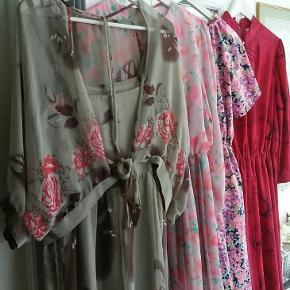 Vintage buksedragt boheme stil. Str 38-40 ? Grå m lyserøde blomster.