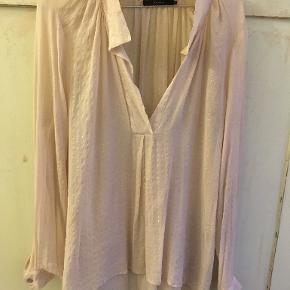 Smuk skjorte/Bluse fra Graumann i silke str 42. Brystmål 2x58, længde 63/71. Den er brugt 3 gange. Bytter ikke. Sælges for 450 kr. Se også mine andre annoncer!!!
