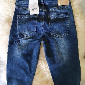 """Pompdelux cowboybukser str 146 i mørk denim med lyst """"slid"""" foran og navy detaljer for og bag Kan justeres i livet 150 kr"""