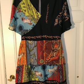 Mega fed kjole fra Desigual. Brugt én gang.   Kig gerne på min profil, jeg har både puder, tøj, sko, tasker, træningstøj, undertøj, jakker og vægtæpper!  Laver gerne en god aftale hvis du er interesseret i flere ting :-)