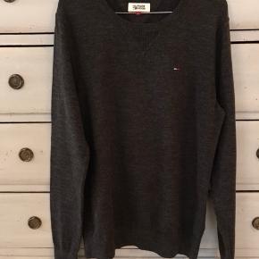 Lækker mørkegrå sweater fra Hilfiger Denim. 78% bomuld 19% nylon 3% elastan. Brugt 1 gang. Som ny.  Venligst se mine andre annoncer!