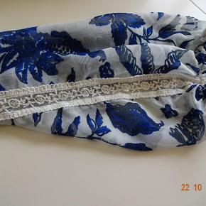 Størrelse: 52/54 Farve: Blå/lyseblå  Bluse  sælges,( Plus) den har foer......     Bytter ikke.  Brystmål: 69x2 Længde: 74 Materiale: 100 % polyester  Prisen er 100 kr + porto Se også de andre vare jeg har BIB