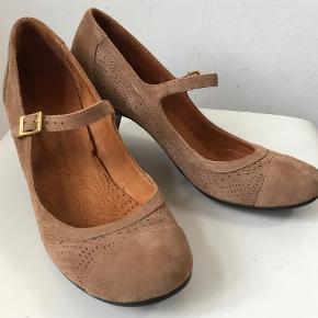 Superflotte sko med rem - helt igennem i skind.  Den indvendige længde er 25,4 cm, hælen er 7 cm høj, det bredeste sted er 7,5 cm  Bud fra kr 800 plus porto  Kan afhentes København, Østerbro  Bytter ikke