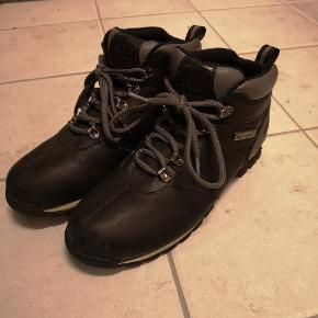 Størrelse 44,5 Lækker sko der er god at gå i, næsten ikke brugt (1-2 gange) da jeg fik nogle andre. Giv et bud!