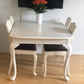 Måler 128x120 Romantisk spisebord med fire stole. Der hører to bordplader med til sættet. Sættet er vintage, så der er spor af slid rundt omkring (men det gør det kun pænere 😊)