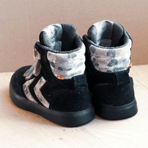 Høj sneaker med tre velcroremme. Brugt meget lidt og fremstår derfor  i god stand.