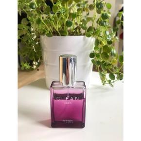 30 ml - CLEAN Skin Eau de Parfum Lækker duft! Sælger den da jeg ikke bruger den. Der er brugt under 1/3. Nypris 400kr✨