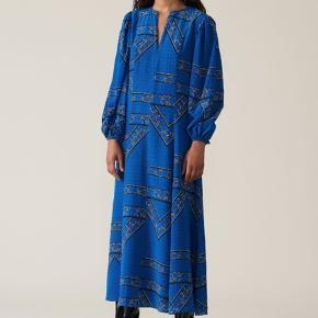 Brugt få gange - fremstår som ny!  Silk Maxi Dress fra Ganni Blød silke kjole med print. Kjolen har ballonærmer og lynlåslukning foran. Materiale: 100% silke Stylenavn: Silk Maxi Dress Jeg tager ikke mål.